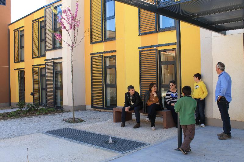 patio_alrededor-de-un-banco-a-la-sombra