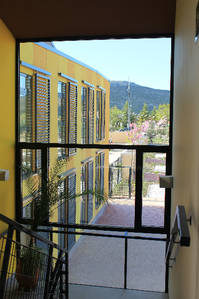 corredores_ventana-de-escalera-a-la-plaza